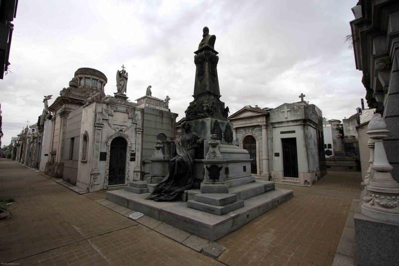 recoleta cemetery walkways