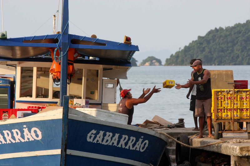 Ilha Grande - pass the beer, importing goods